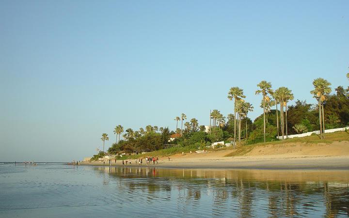 Ein Strand an der Küste von Gambia © Alan Kraft / Shutterstock.com