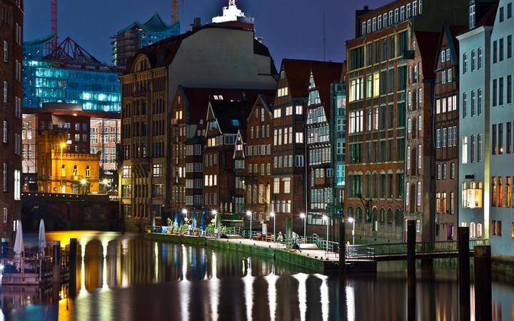 Blick auf alte Häuser am Hamburger Kanal bei Nacht © Jorg Hackemann / Shutterstock.com