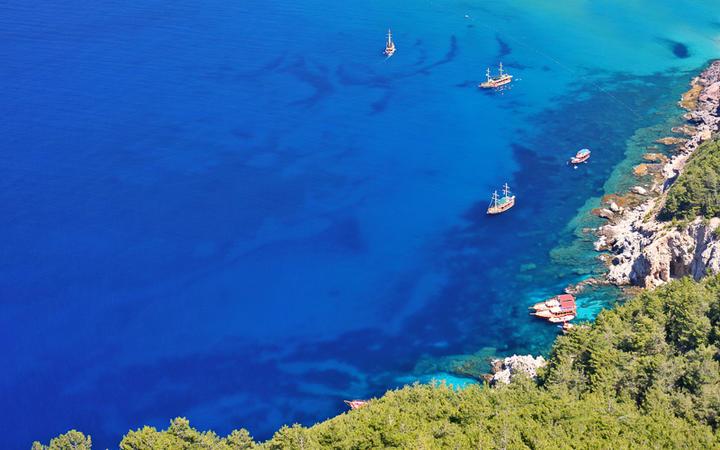 Boote vor einer einsamen Bucht in der Nähe von Alanya © Zbynek Jirousek / Shutterstock.com