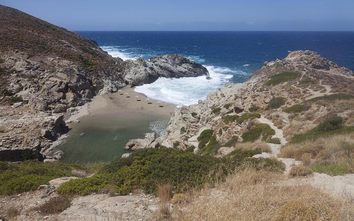 Eine felsige Bucht auf Ikaria © Portokalis / Shutterstock.com