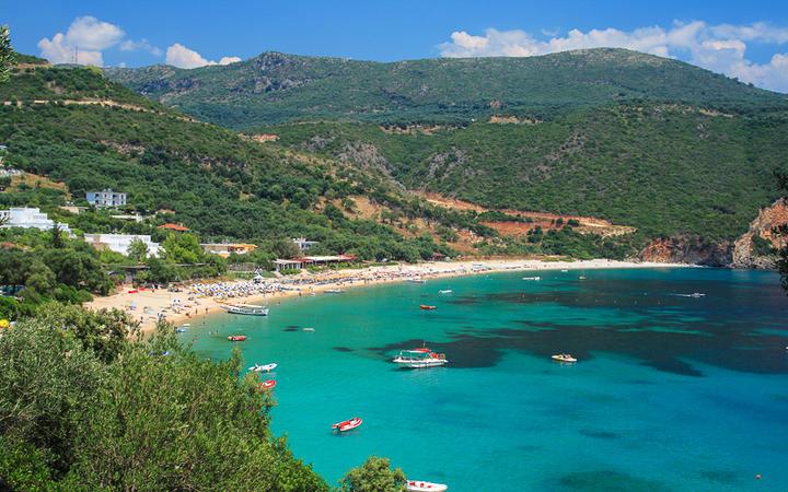 Der beliebte Lichnos Beach in Parga, Griechenland © Netfalls - Remy Musser / Shutterstock.com