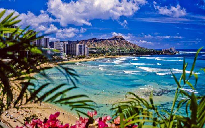 Blick auf den Waikiki Beach und den Diamond Head Krater, Hawaii Insel Oahu, USA © tomas del amo / Shutterstock.com