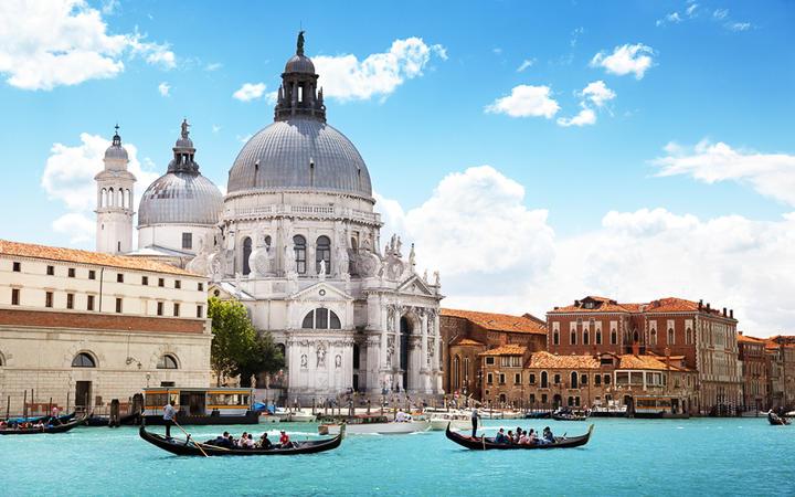 Blick auf die Basilica Santa Maria della Salute und den Canal Grande © Iakov Kalinin / Shutterstock.com