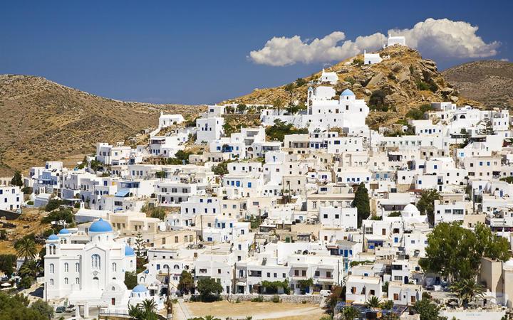Die Chora Ios, der Hauptort der gleichnamigen Insel © Alex Yeung / Shutterstock.com