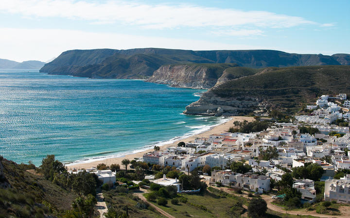 Blick über Agua Amarga, einem typisch andalusischen Dorf © Olaf Speier / Shutterstock.com