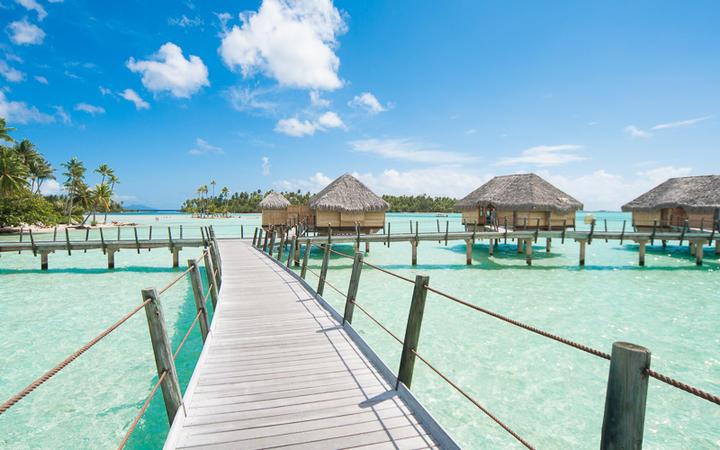 Steg über das Meer zu den Bungalows, Tahiti © guigaamartins / Shutterstock.com