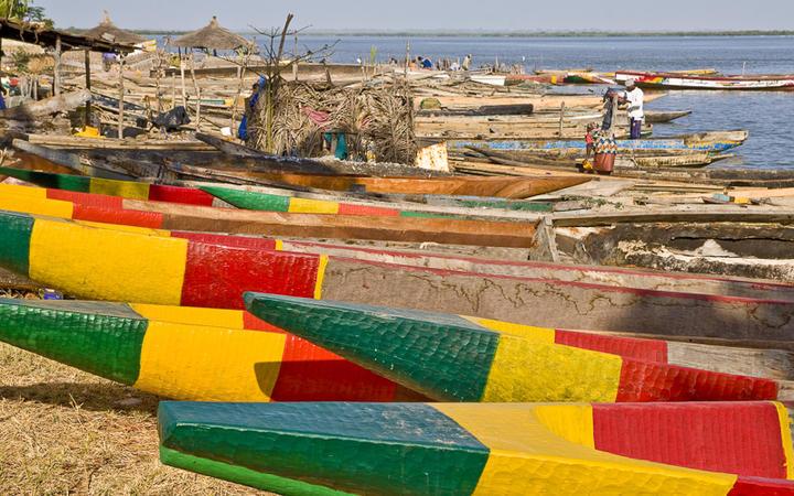 Bemalte Fischerboote in Ziguinchor © Kirsz Marcin / Shutterstock.com