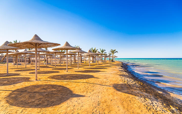 Strand bei Sonnenaufgang am Roten Meer, Hurghada, Ägypten © Patryk Kosmider / Shutterstock.com
