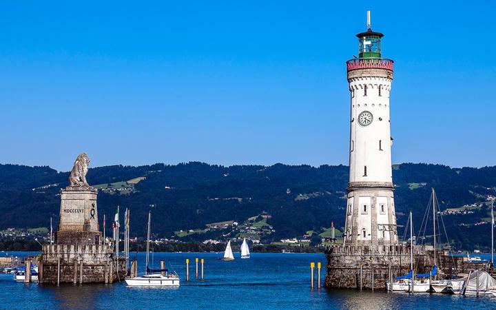 Hafen mit Leuchtturm in Lindau, Süddeutschland © IGOR ROGOZHNIKOV / Shutterstock.com