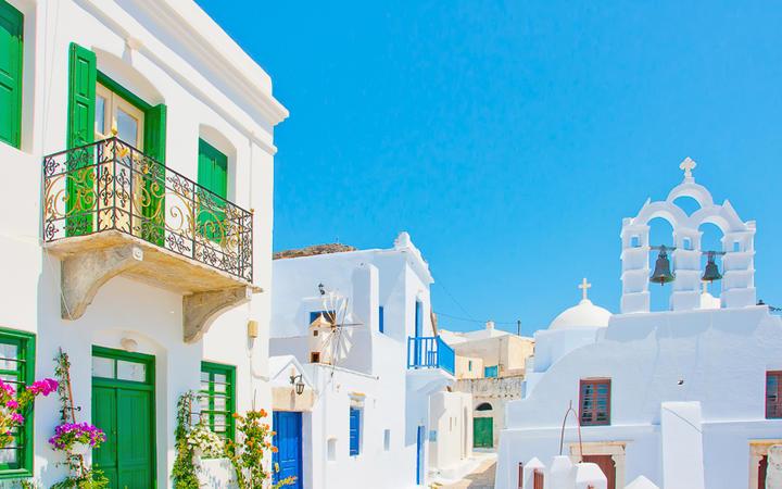 Weiße Häuser und die Kirche im Hauptort Chora © Nikos Psychogios / Shutterstock.com