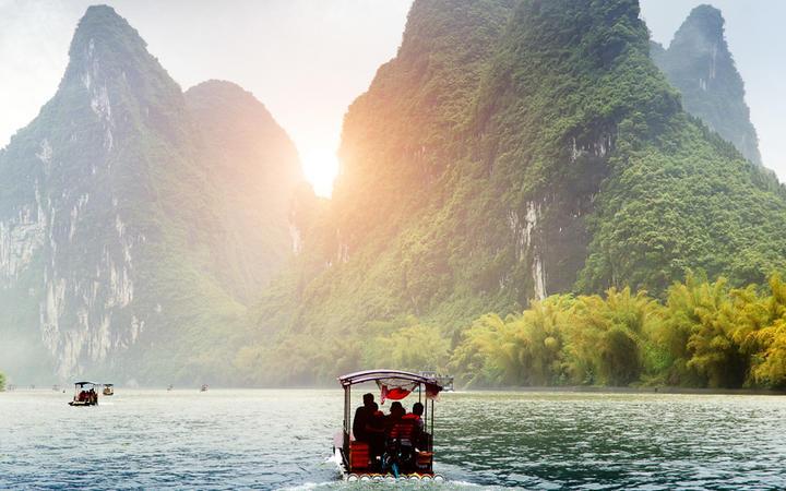 Der Yu Long Fluss und die Berge in Guilin, China © fuyu liu / Shutterstock.com