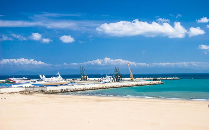 Hafen und Sandstrand in Tanger, Marokko © megastocker / Shutterstock.com