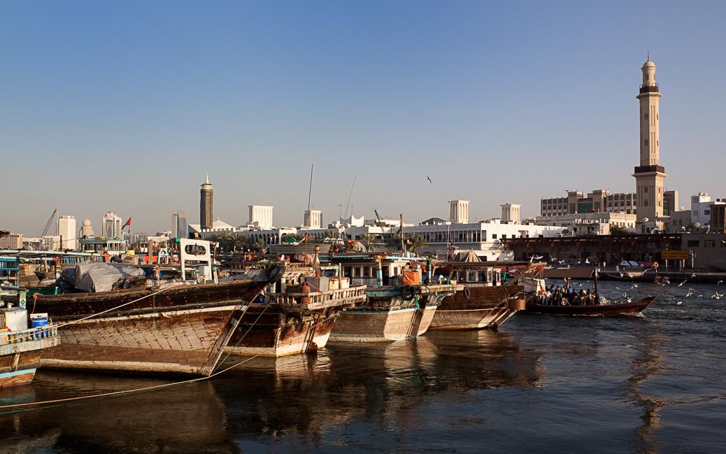 Traditionelle Holzboote im Hafen von Dubai © Aguaviva / Shutterstock.com