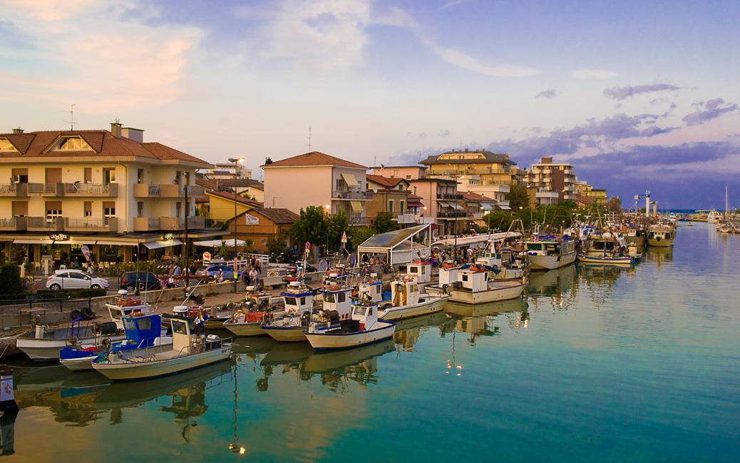 Fischerboote im Hafen von Rimini © Pixel Memoirs / shutterstock.com