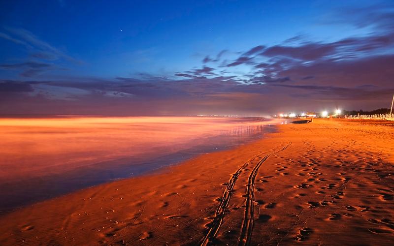 Der große Strand von Bibione bei Nacht, Venetien, Italien © Sipos Andras / Shutterstock.com